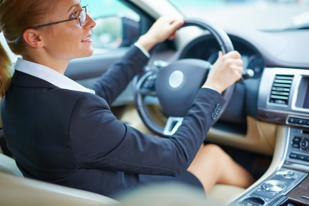 well-dressed-businesswoman-driving_1098-2233